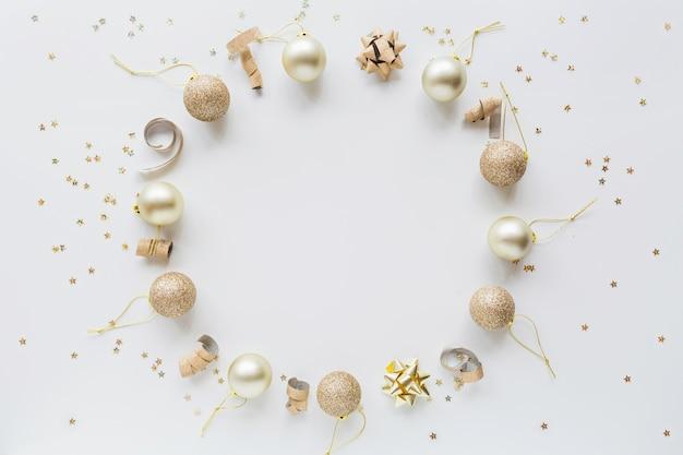 Adornos navideños dorados sobre blanco