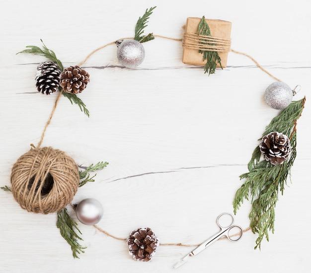 Adornos navideños para envolver regalos en marco de composición.