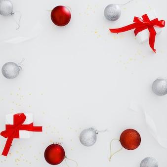 Adornos navideños con espacio de copia en el centro de la composición.