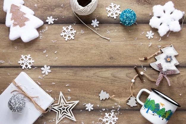 Adornos navideños festivos con espacio de copia