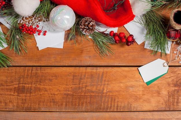 Adornos navideños en el fondo de la mesa de madera con copyspace