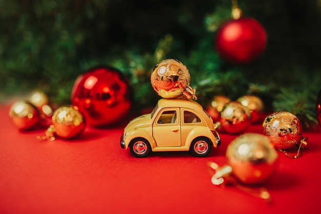 Adornos navideños en el fondo rojo.
