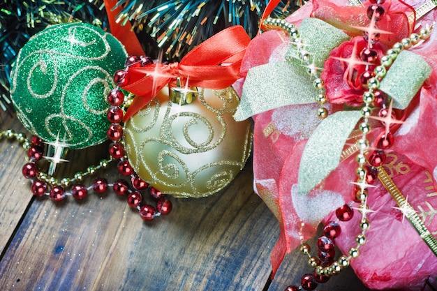 Adornos navideños, globos y regalos.