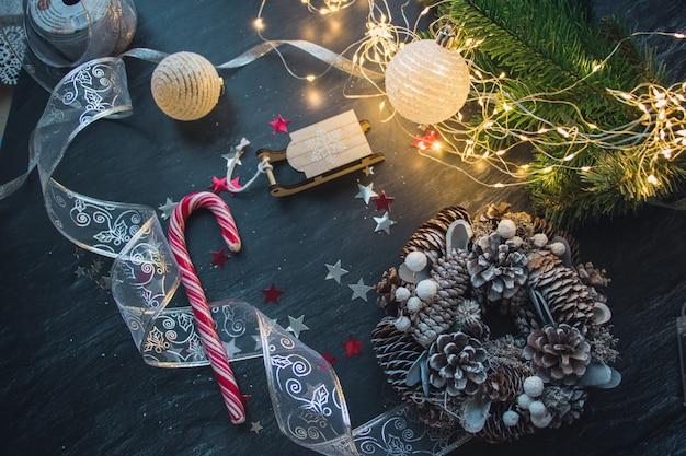 Adornos navideños y luces en la mesa de madera.