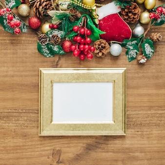 Adornos navideños con marco dorado para texto.