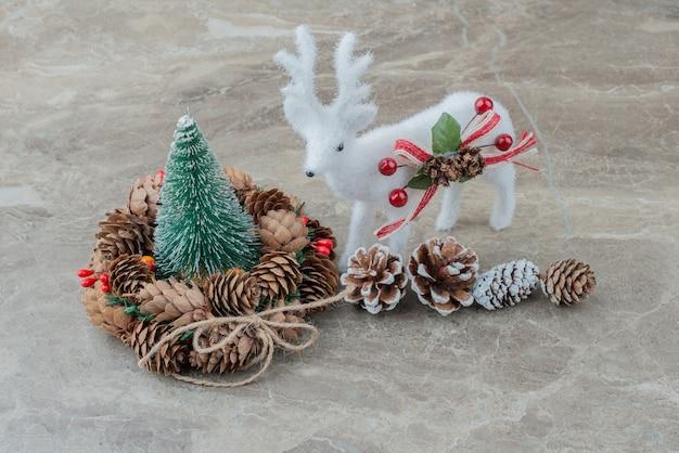 Adornos navideños en mesa de mármol.