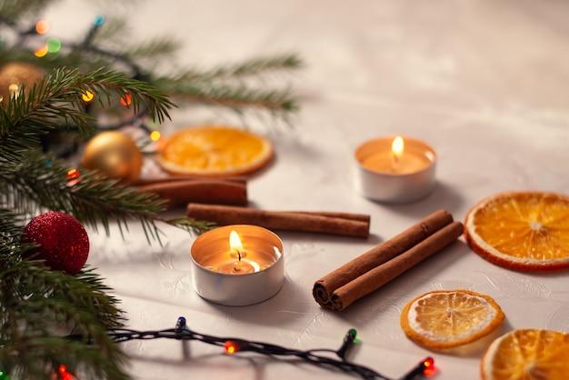 Adornos navideños en la mesa