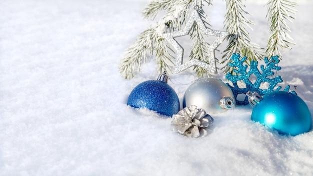 Adornos navideños en la nieve.