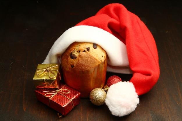Adornos navideños con panettone.