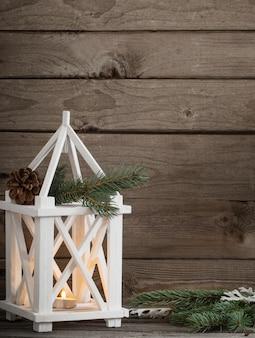 Adornos navideños en la pared de madera vieja oscura