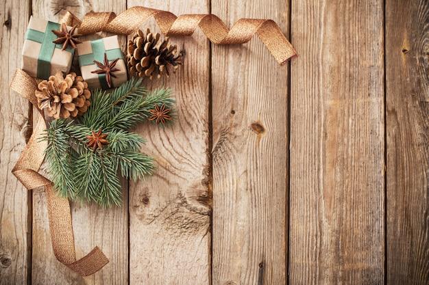 Adornos navideños en pared de madera vieja
