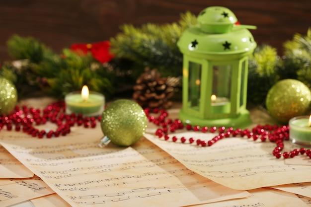 Adornos navideños en partituras, primer plano