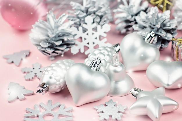 Adornos navideños de plata de cerca sobre un fondo pastel
