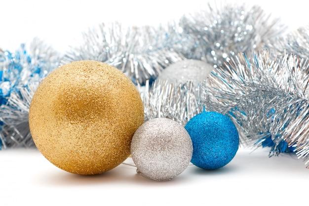 Adornos navideños plateados y dorados