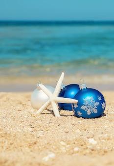 Adornos navideños en la playa