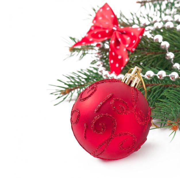Adornos navideños y ramas de abeto en la vieja mesa de madera