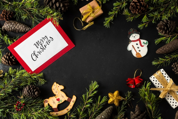 Adornos navideños con ramas de árboles y maquetas de tarjetas