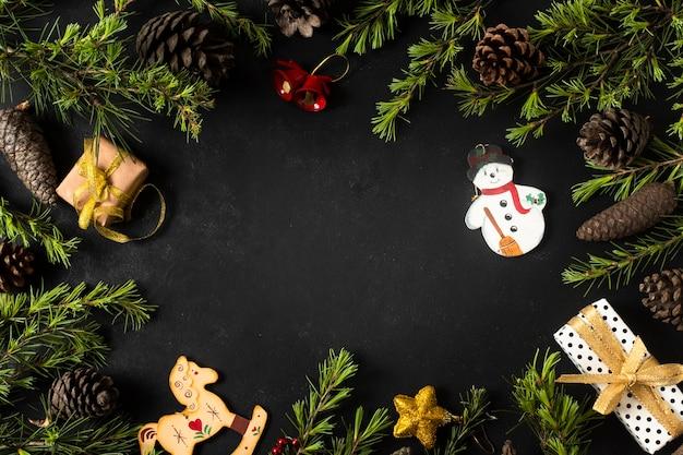 Adornos navideños con ramas de árboles