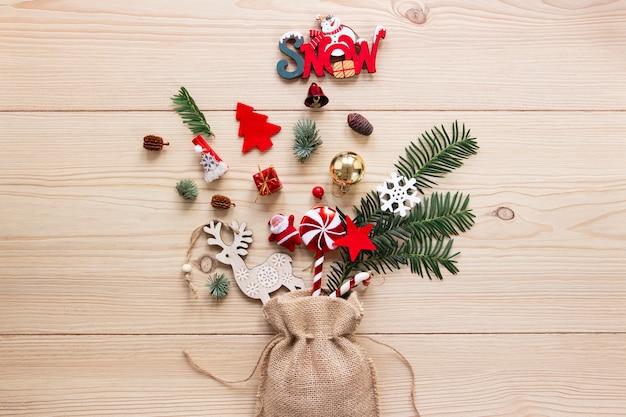 Adornos navideños con ramas de pino