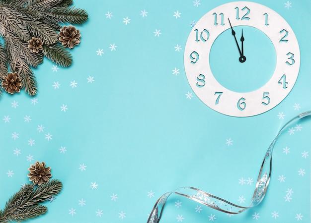 Adornos navideños con ramas y reloj