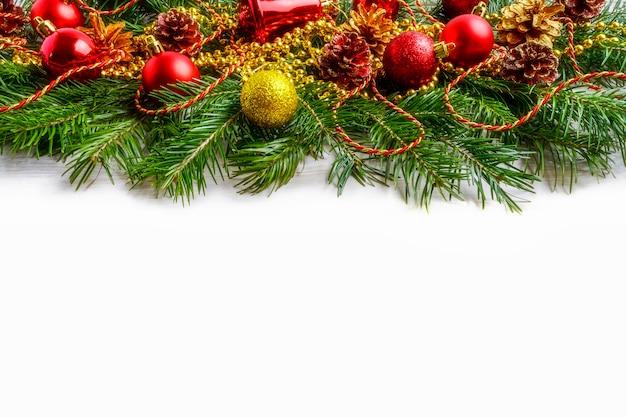 Adornos navideños rojos y piña decorada dorada