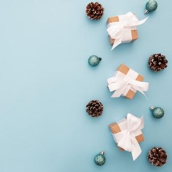 Adornos navideños sobre un fondo azul con copyspace