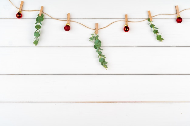 Adornos navideños sobre fondo blanco de madera