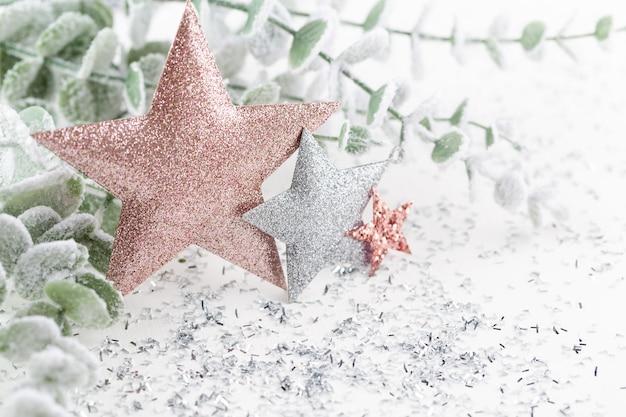 Adornos navideños sobre fondo blanco.