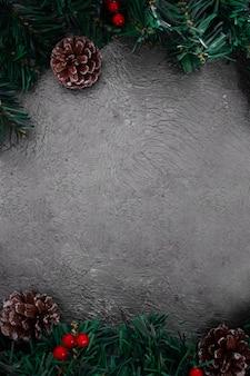 Adornos navideños sobre un fondo gris texturizado