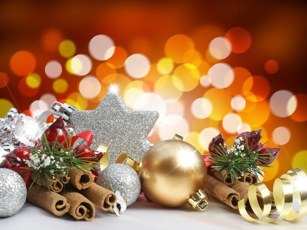 Adornos navideños sobre un fondo de luces borrosas