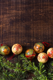 Adornos navideños sobre fondo de madera con espacio de copia