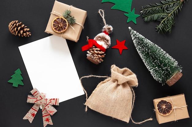 Adornos navideños sobre fondo negro