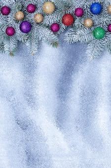 Adornos navideños en tablero gris grunge, fondo festivo