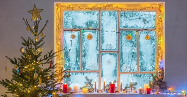 Adornos navideños en la ventana de madera vieja