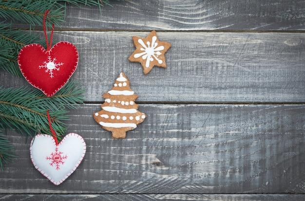Adornos navideños vintage en la madera