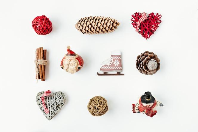 Adornos navideños y objetos para simular el diseño de la plantilla.