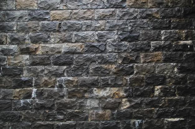 Adornos de piedra en las paredes de la casa.