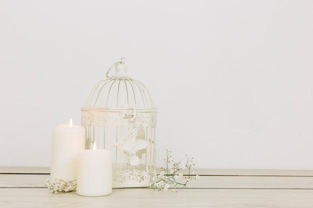 Adornos románticos con velas y jaula