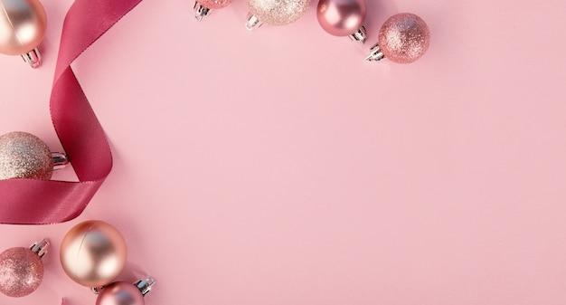 Adornos rosas en fila en rosa