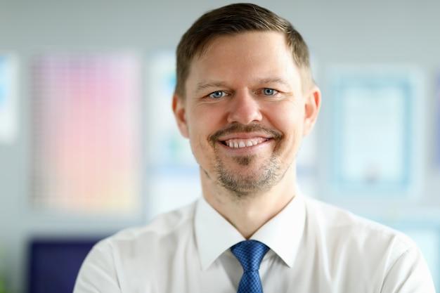 Adulto caucásico sonriente hombre de negocios retrato de oficina