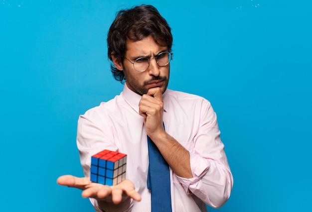 Adulto guapo empresario indio resolviendo un desafío de inteligencia