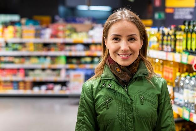 Adulto joven comprando productos para cuarentena