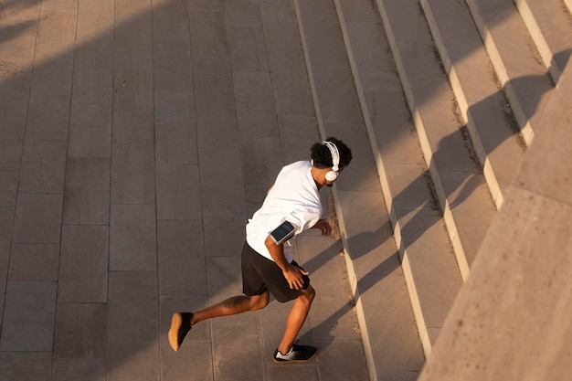Adulto joven haciendo fitness al aire libre