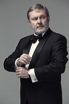 Adulto masculino de mediana edad con un traje
