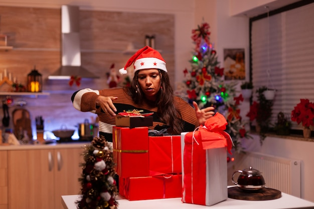 Adulto moderno móvil presente cajas en mostrador en casa festiva
