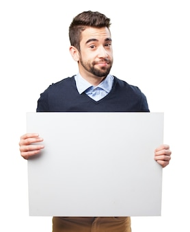 Adulto sonriente mostrando un letrero en blanco