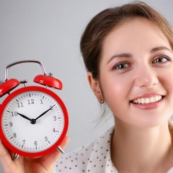Adulto sonriente mujer caucásica mantenga rojo