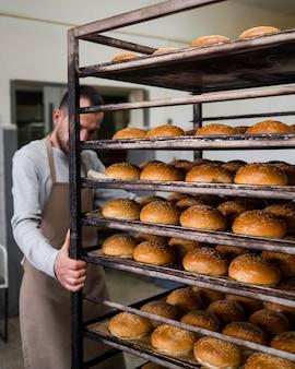 Adulto trabajando en deliciosos panes frescos