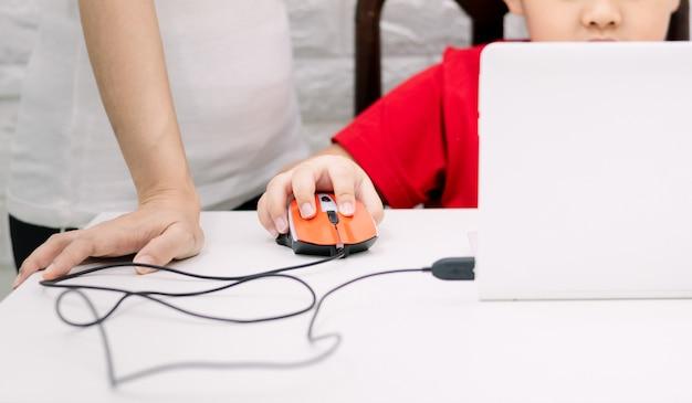 Los adultos enseñan a los niños a usar la computadora la educación