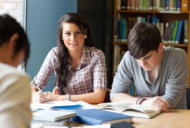 Adultos jóvenes estudiando